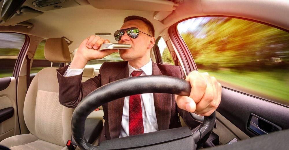 Сидел за рулем пьяный но не ехал: как избежать лишения прав за распитие алкоголя в машине