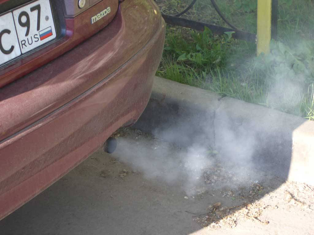 Дым из выхлопной трубы бензинового двигателя: причины и последствия