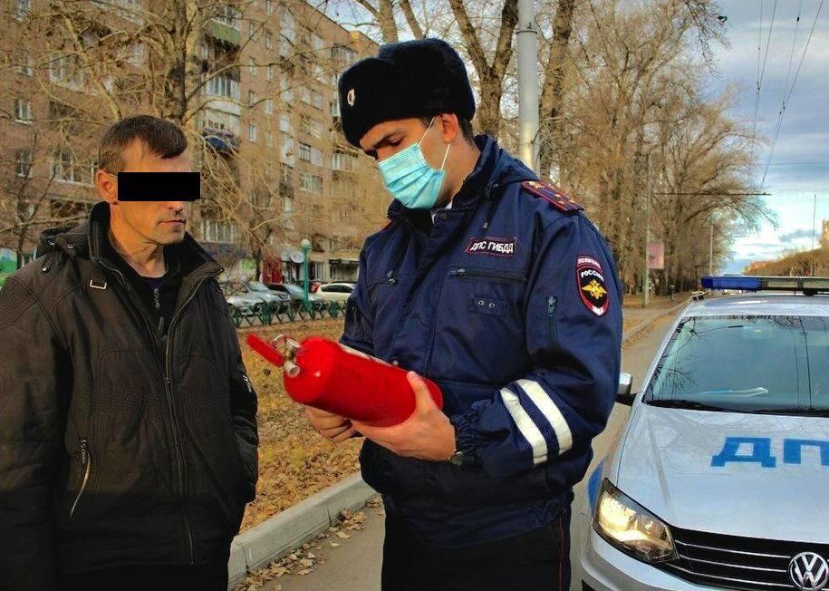 При проведении досмотра инспектор может проверять багажник, трогать и открывать подозрительные вещи - заполнение декларации 3-ндфл онлайн