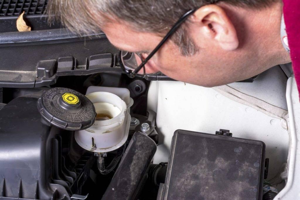 Как часто менять тормозную жидкость - нужно ли менять или доливать в автомобиле, можно ли смешивать
