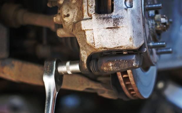 Педаль тормоза стала твердой — причины и их устранение