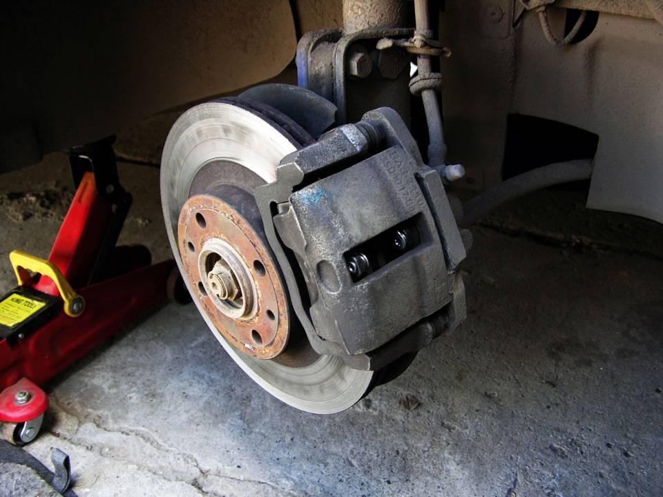 Последовательность замены тормозных дисков и колодок своими руками: пошаговая инструкция и советы