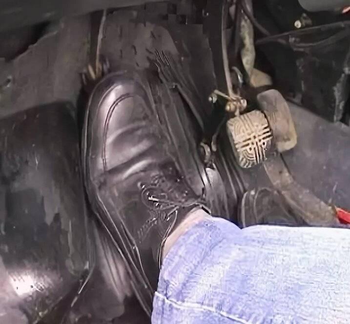 Почему педаль тормоза бьет в ногу при торможении — как исправить