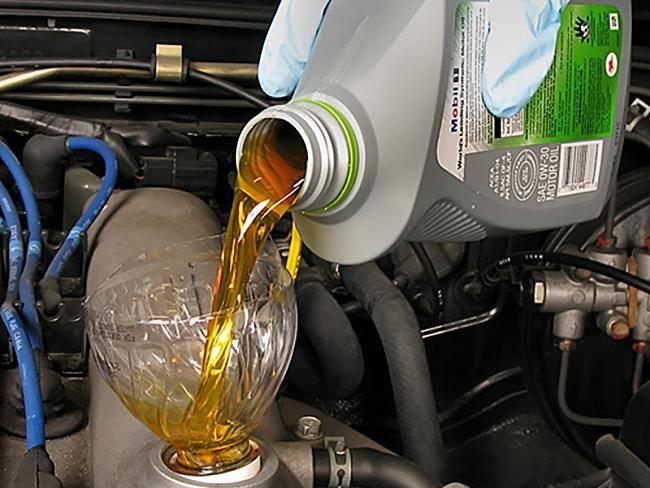 Дизельное и бензиновое масло: в чем отличия, можно ли смешивать