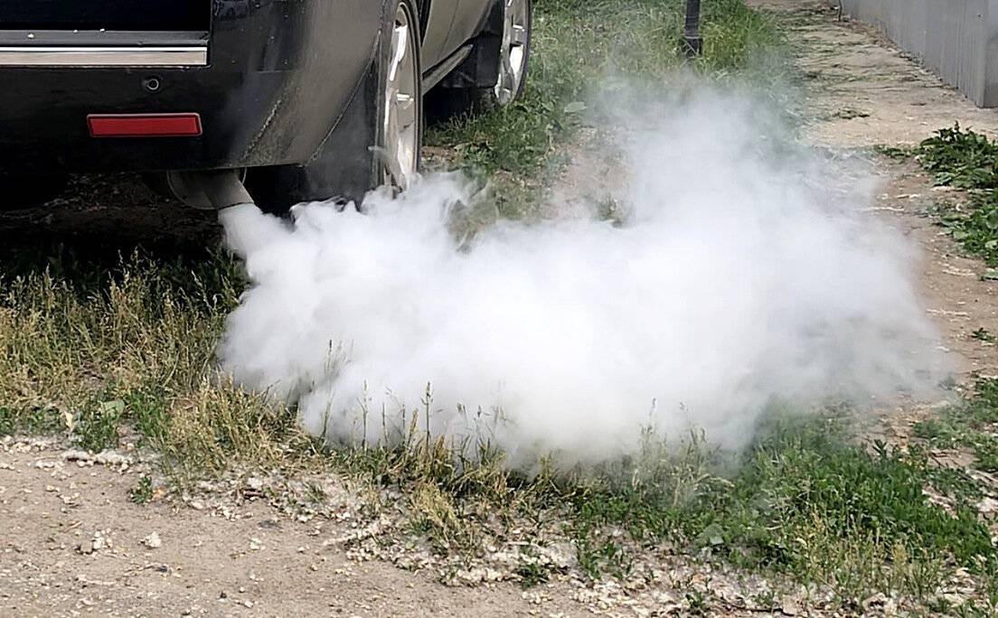 Белый дым из выхлопной трубы: стоит ли волноваться