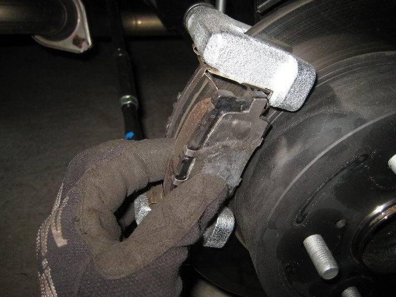 Проваливается педаль тормоза: грамотно устраняем проблему