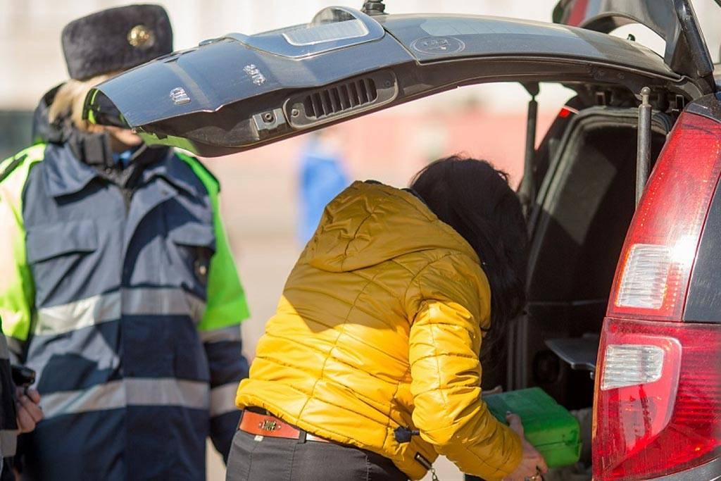 При проведении досмотра инспектор может проверять багажник, трогать и открывать подозрительные вещи